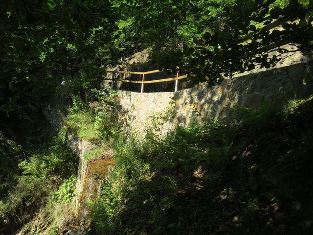 kanál se táhne podél příkrého úbočí, některé úseky mají sklon až 45°