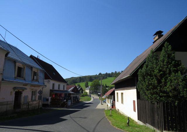 ulice v Českém Jiřetíně - v pozadí osada Deutschgeorgenthal
