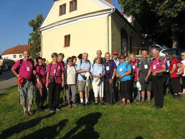 turisté z Vysočiny před startem na první trasu etapového pochodu Krajem pětilisté růže; foto M. Bradová