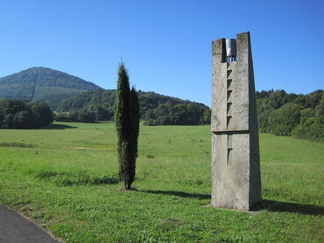 Campanella sochaře Jaroslava Řehny - zvoneček na vrcholku ve větru jemně cinká