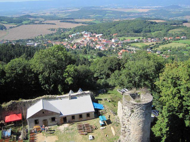 výhled z věže hradu na obec Kostomlaty