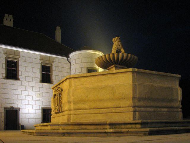 zastávka č. 5 na nádvoří zámku - nastal večer a setkání s pohádkovými postavami získalo na atraktivitě