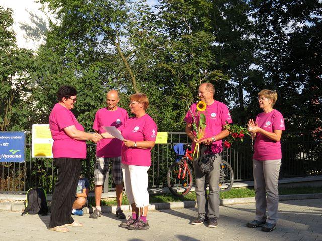 před zahájením pochodu předali kolegové-turisté Lídě Březinové při příležitosti jejího životního výročí ocenění za práci pro turisty