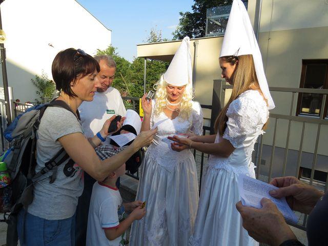 první razítko do pochodnického listu získali turisté od Bílých paní