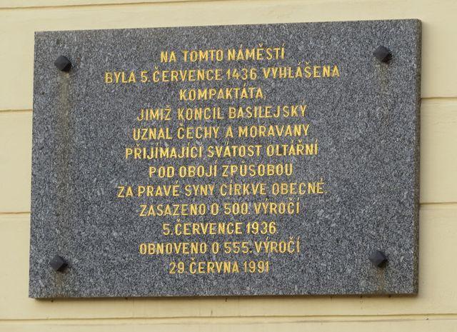 pamětní deska na fasádě radnice