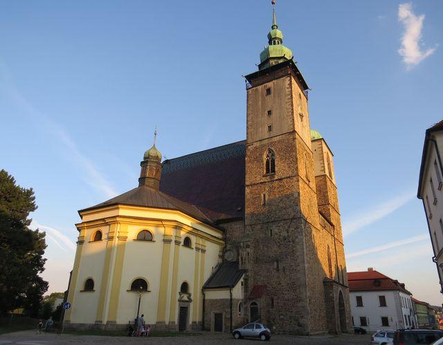 podvečerní slunce zlatí věže kostela sv. Jakuba Většího