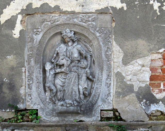 do stěny kostela jsou vsazeny náhrobníky ze hřbitova, který původně obklopoval kostel