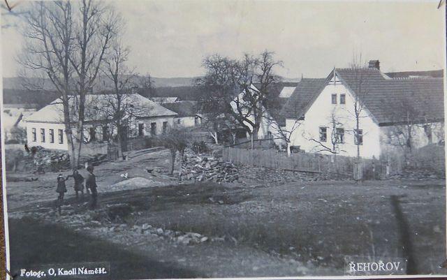 budova školy na začátku minulého století