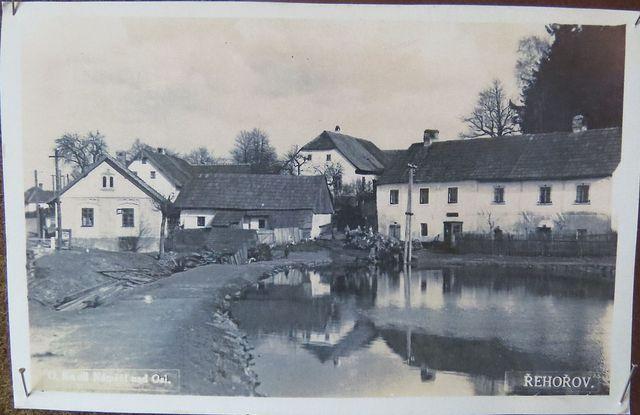 návesní Kovářský rybník, zleva hospoda, kovárna a rathaus - 20. a 30. léta 20. století
