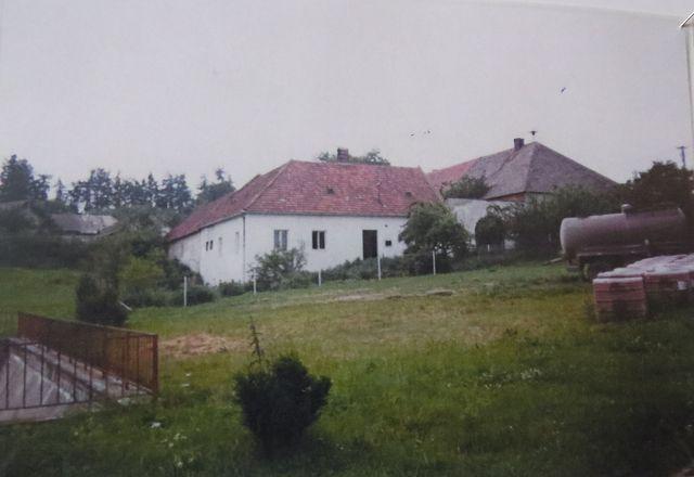 střed obce - místo návesního rybníka byla vybudovaná požární nádrž