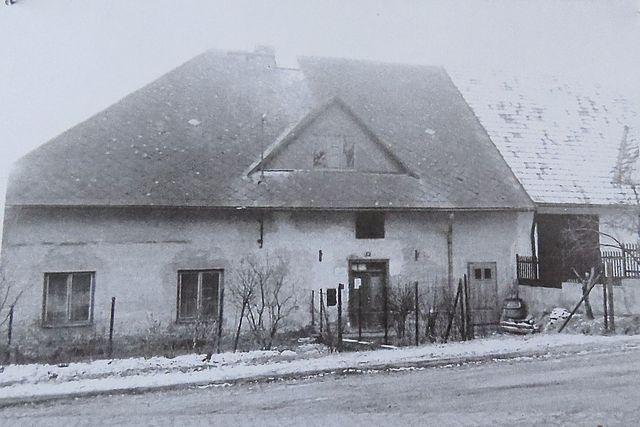 přibližně šedesátá léta - budova sloužila jako MNV, ordinace lékaře a knihovna