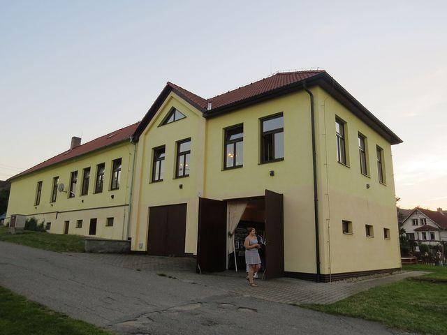 zadní trakt bývalé školy, v současnosti budova slouží jako kulturní zařízení