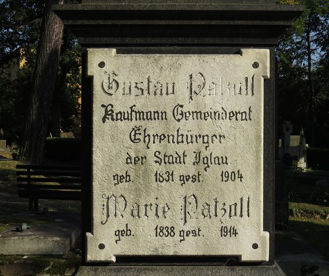 deska na pomníku významného občana Patzolla a jeho manželky