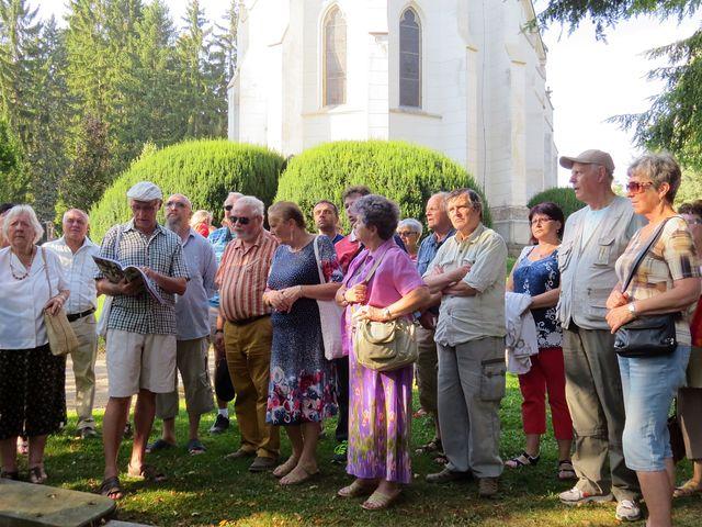 pan Wodák čte příběh rodiny Killianových u hrobu, který leží blízko hřbitovní kaple