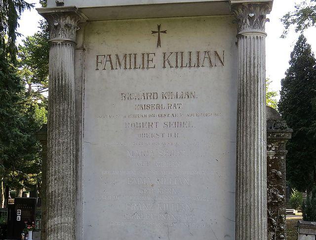 nápis na náhrobku Killianových je svědectvím o tragédii této rodiny