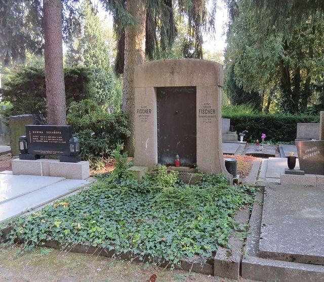 hrob JUDr. Theodora Fischera, jehož otcem byl Heinrich Fischer, osobnost jihlavského hudebního života ve 2. polovině 19. století