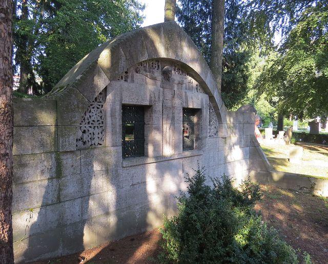 hrobku podle návrhu britského architekta Charlese Francise Voyseyho vybudoval v roce 1912 německý sochař Felix Georg Pfeifer