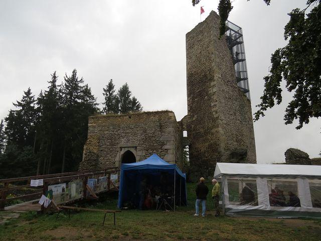 turistické stany u zbytků hradu Orlík