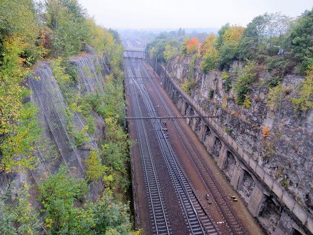 skalní zářez po tunelu u Chocně - pohled ze silničního mostu do železničního koridoru; www.svatosi.cz