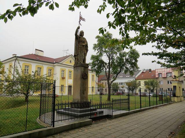 socha sv. Václava, fara a vstupní portál do farní zahrady vedle kostela sv. Františka v Chocni