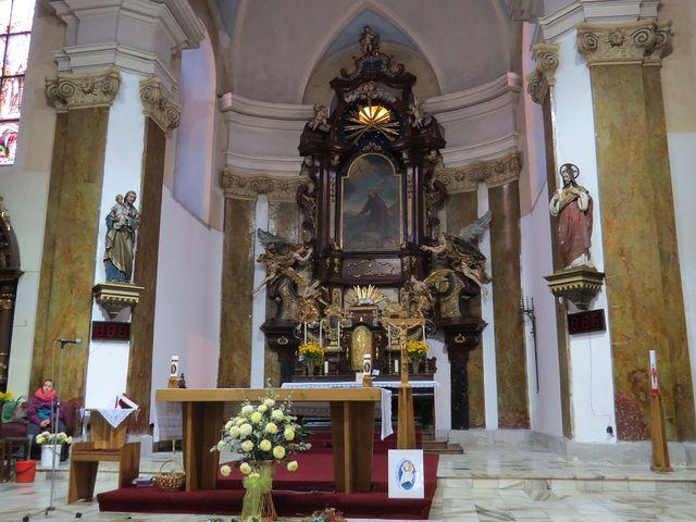 interiér kostela - oltářní obraz namaloval Petr Brandl