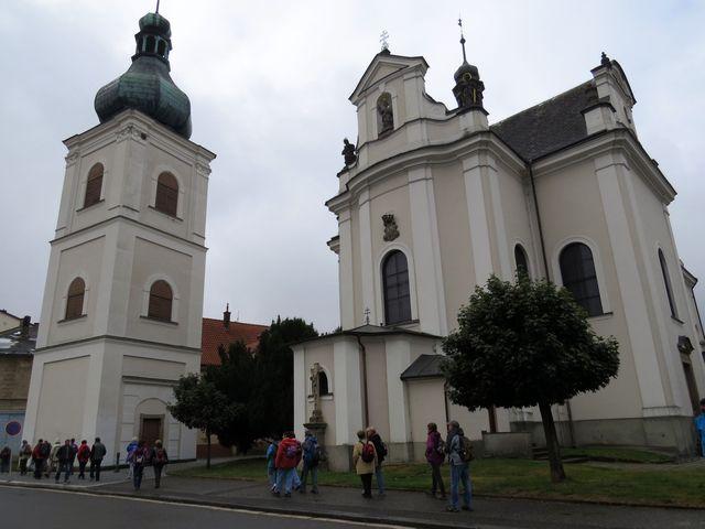 kostel sv. Františka Serafinského a samostatně stojící věž