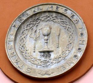 bývalý znak Chocně na fasádě barokního špitálu