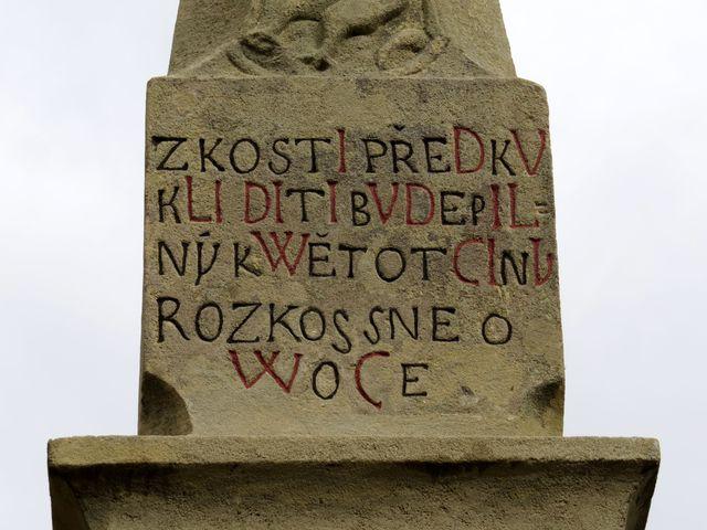 nápis na pomníku: Z kostí předků kliditi bude pilný květ otčiny rozkošné ovoce