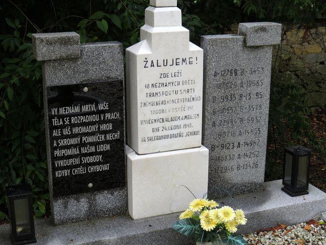 text na pomníku - místo jmen jsou jen čísla neznámých vězňů utýraných hladem a mrazem