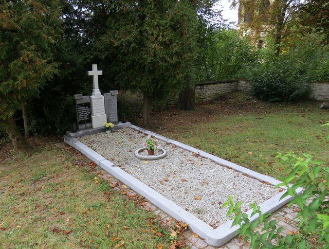 hrob 18 obětí transportu osvětimských vězňů v lednu 1945