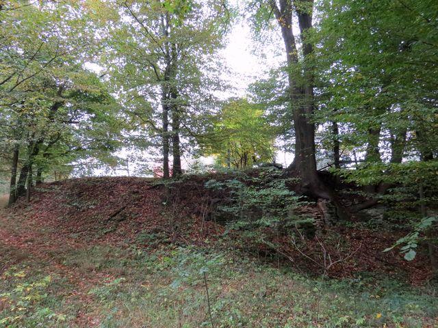 příkop oddělující jádro bývalého hradu Orlík od předhradí