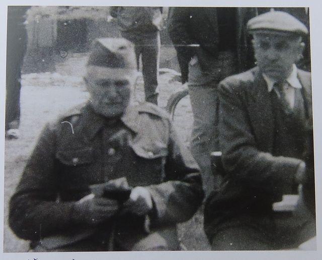 vlevo Josef Šrom, který od roku 1931 psal rodinnou kroniku