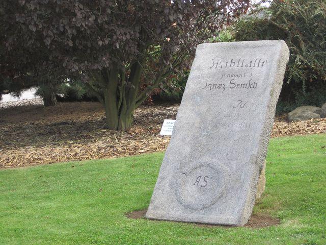 náhrobní kámen Ignatze Semsche, c. k. dědičného poštmistra byl zasazen v místě, kde stávala řehořovská pošta; www.svatosi.cz