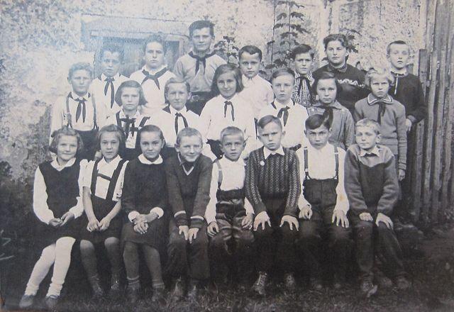 žáci dvoutřídky s paní učitelkou Šerou, Řehořov, červen 1957