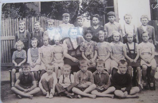 Národní škola pro I.-V. třídu, jednotřídka v Řehořově s paní řídící Marií Švecovou, červen 1953