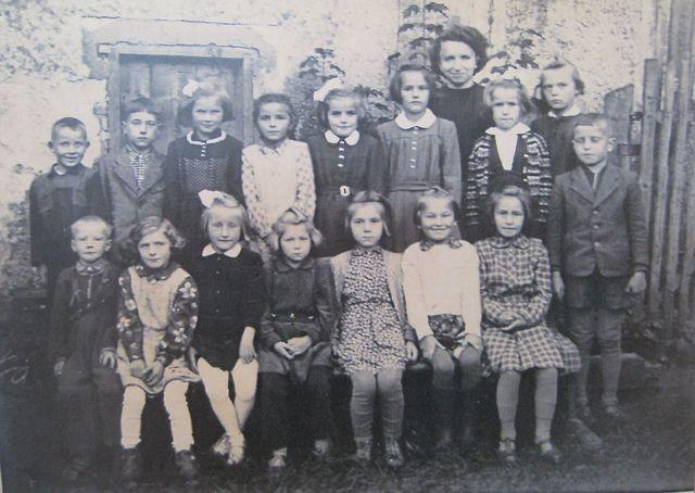žáci dvoutřídky s paní učitelkou Zdeňkou Noskovou, Řehořov, červen 1958
