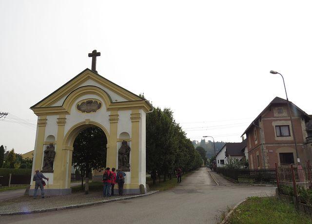 barokní brána se sochami na začátku křížové cesty z Králík na Horu Matky Boží - ta je vidět v pozadí