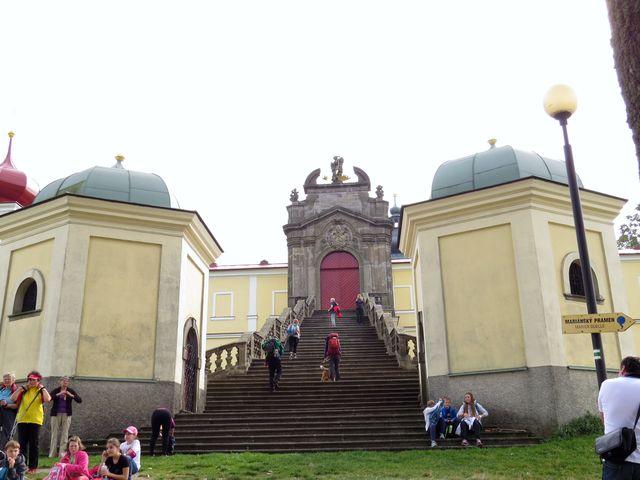 poslední dvě kapličky křížové cesty přiléhají k baroknímu schodišti vedoucímu k bráně do poutního areálu