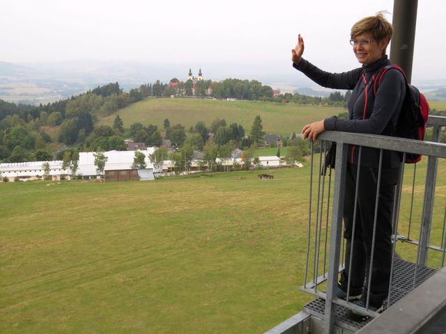 vedoucí zájezdu Iva Svobodová na rozhledně Val - v pozadí Hora Matky Boží s kostelem Nanebevzetí Panny Marie