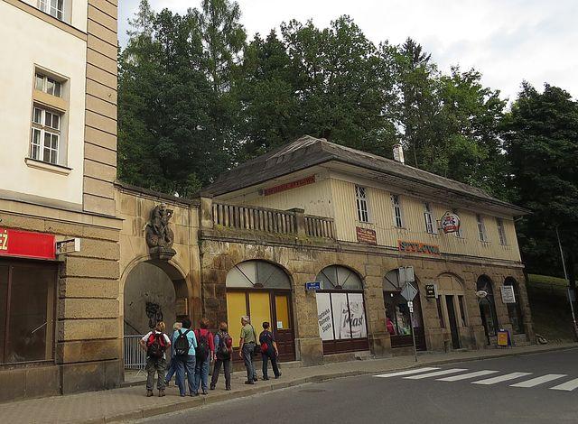 i ve městě jsme měli co obdivovat - svatý Jiří zabíjí draka - vchod do lázeňského parku; www.svatosi.cz
