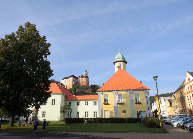 nad náměstím v Javorníku se tyčí zámek Jánský Vrch; www.svatosi.cz