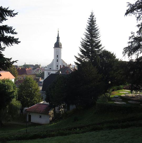 kostel Nejsvětější Trojice v Javorníku - pohled ze zahrad na Jánském Vrchu