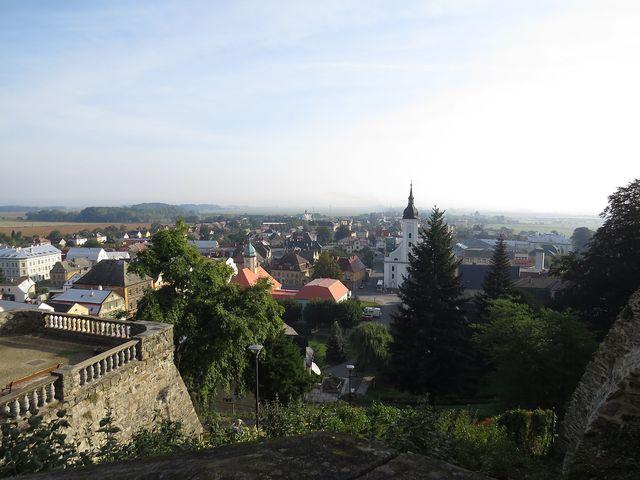výhled na město Javorník z terasy zámku Jánský Vrch