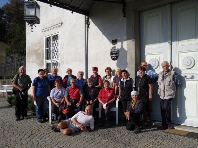 jihlavští turisté na nádvoří zámku Jánský Vrch v Javorníku