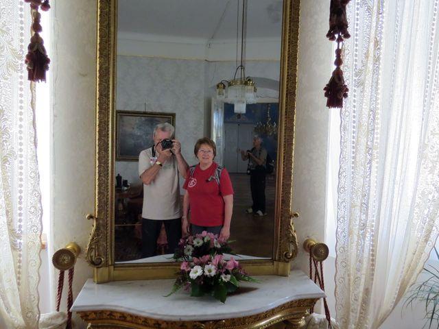 v reprezentačních místnostech zámku se zachovalo původní vybacení a záclony z poloviny 19. století