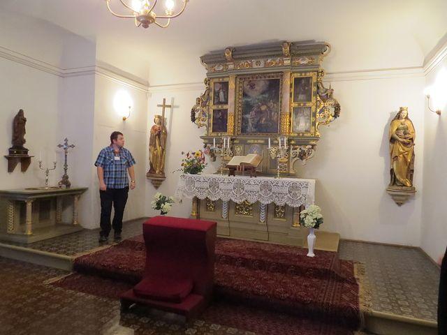 raně barokní oltář s deskovými obrazy světců a sochami sv. Heleny a sv. Barbory