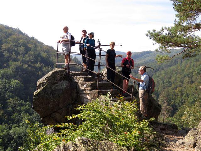 jihlavští turisté na Čertově kazatelně nad Račím údolím v Rychlebských horách