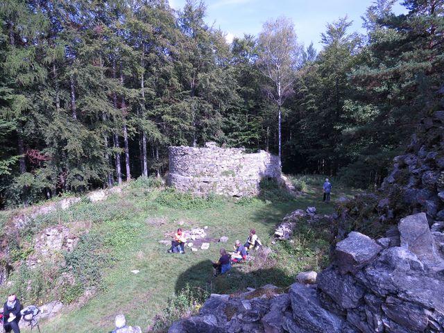 odpočinek na ostrohu, kde ve 13. století vyrostl hrad k ochraně kupecké stezky do Polska