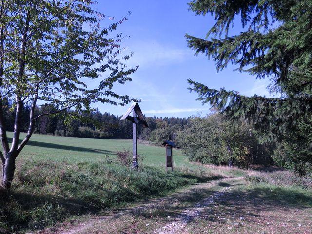 na svahu Hraničního vrchu ležela obec Gränzdorf - zůstal jen kříž v místech, kde býval kostel