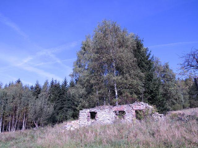 zbytky jednoho ze čtyřiceti zdejších stavení